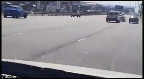 衝突事故を起こして逃げる車05