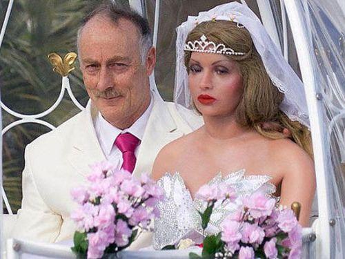 人形の妻9人と結婚したイギリス人00