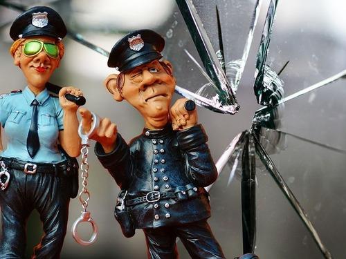 警官の標識、うちの町の警官は…