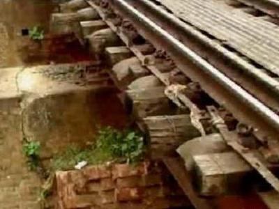 冗談抜きで今にも事故が起きそうなインドの鉄道橋01