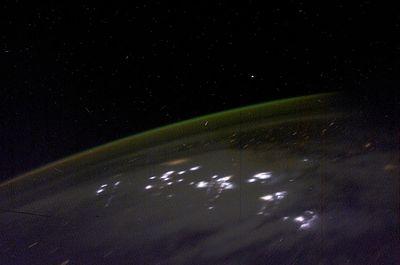 オーロラと稲妻を宇宙から見た画像
