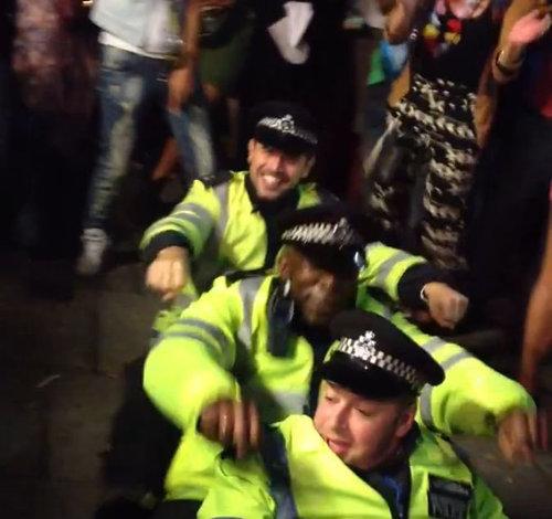 カーニバルで警官がダンス01