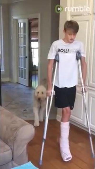 松葉杖の男の子を真似るワンコ02