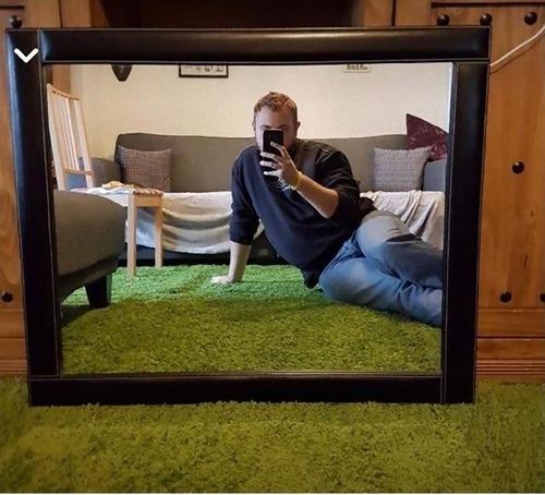 鏡の写真を撮っている人02