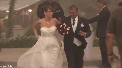 結婚式の愛の誓いのときに強烈な嵐17