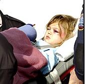 3歳の女の子がチャイルドシートによって墜落事故から奇跡の生還01
