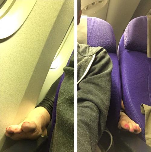 後ろの座席の女性の足01