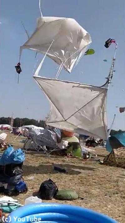ドイツの野外フェスでテントがふわふわ舞い上がる05