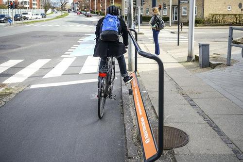 自転車で信号待ちしているときにつかまるスタンド02
