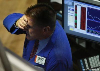 職場で嘆く男たち…金融危機の悲劇12