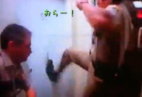 ソチ五輪で選手がトイレのドアをぶち破る04