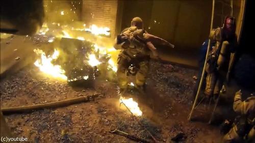 火事で3階から投げられた娘を消防士が受け止める06