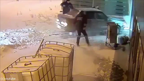 ロシアの空港に車が突入、警備員との追いかけっこ01