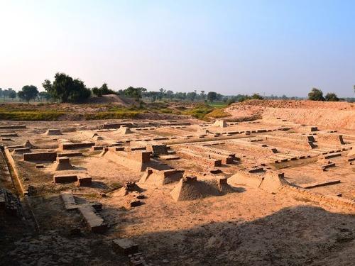古代遺跡から寄り添う男女の人骨が発見される…インドのハラッパー遺跡