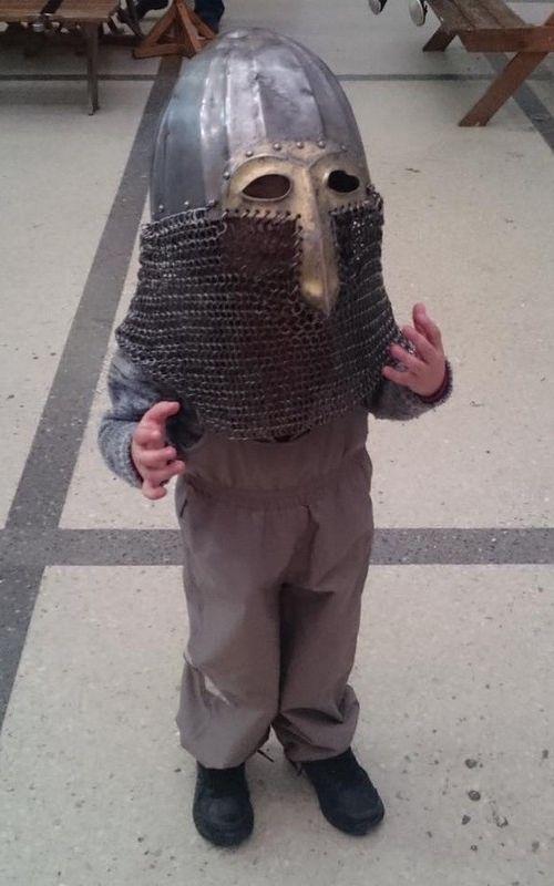 子供が中世の騎士のカブトをかぶると01