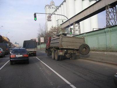 ロシアのトラックはタイヤが一個くらい無くても平気01