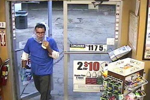 袋で顏を隠したコンビニ強盗、あっさり逮捕01