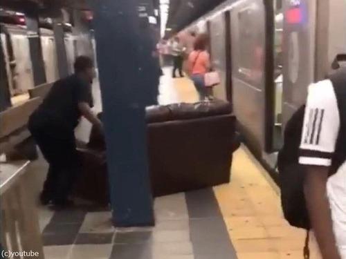 ニューヨーク地下鉄だけ…ソファの運び方01