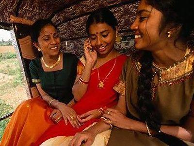 インド女性と携帯電話