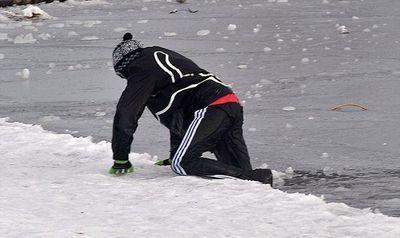氷の張った氷の上を車で走行08
