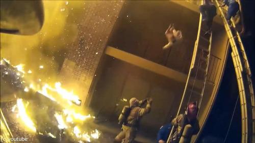 火事で3階から投げられた娘を消防士が受け止める03