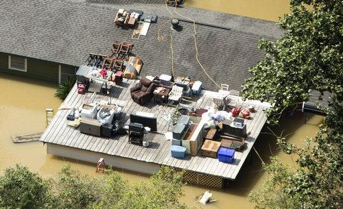 テキサスの洪水で屋根に移った男性02