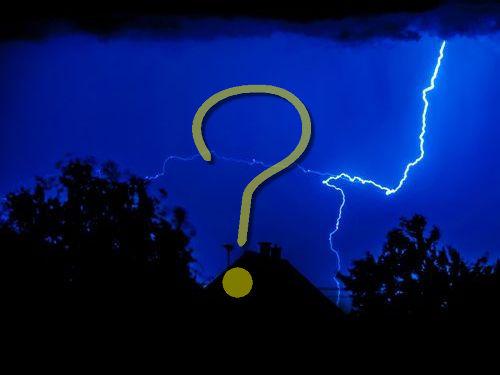 窓の外にある木に雷が落ちた00