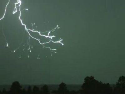 まるで線香花火、稲妻が落ちる瞬間を超スピードカメラで撮影
