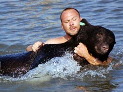 おぼれる熊を素手で助け出す00