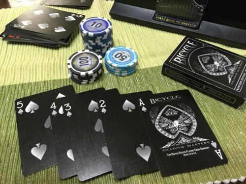 黒地のカードがワルカッコイイ…!ダーティなポーカーのワンシーンが楽しめる、トランプグッズいろいろ