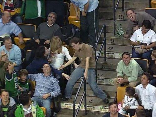サッカーの試合中に踊るハイテンションな男性