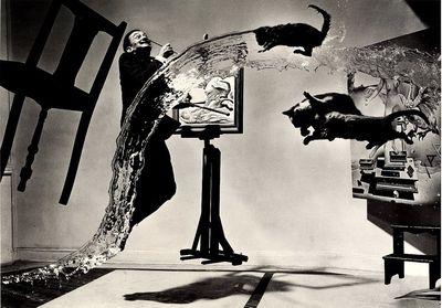 ダリ・猫3匹・バケツの水・椅子