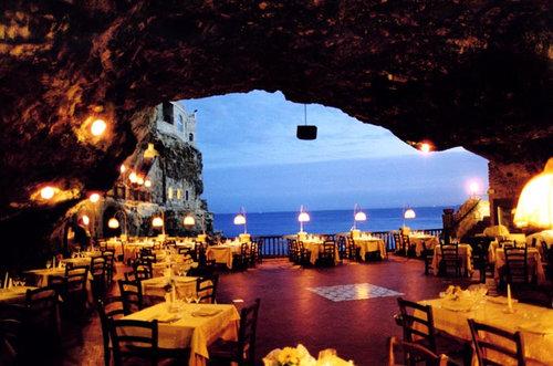 イタリアの海に面した洞窟レストラン02