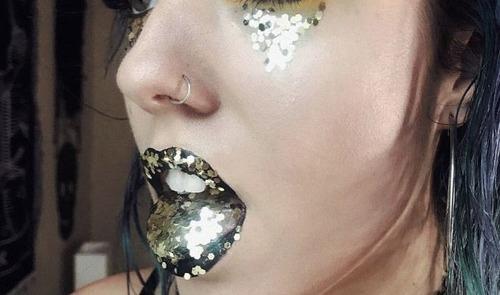 舌をキラキラにする女性09