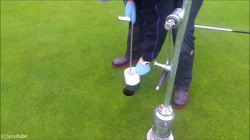 ゴルフのホールカップの位置の変え方05