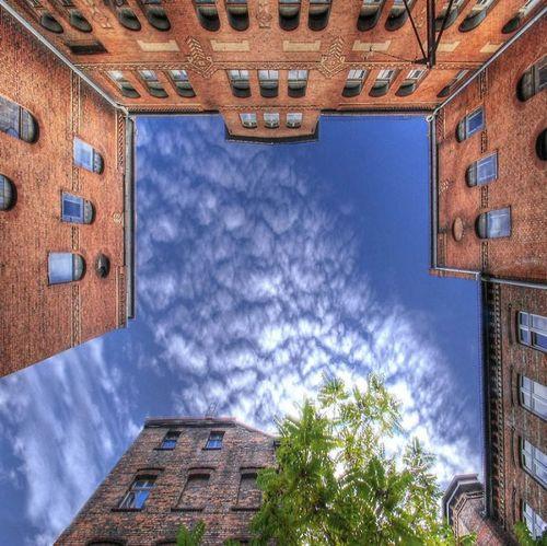 建物から見上げた空12