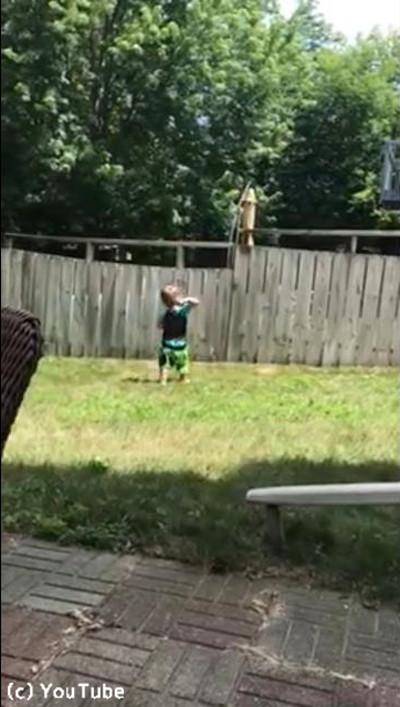 フェンス越しに遊ぶワンコと子ども03
