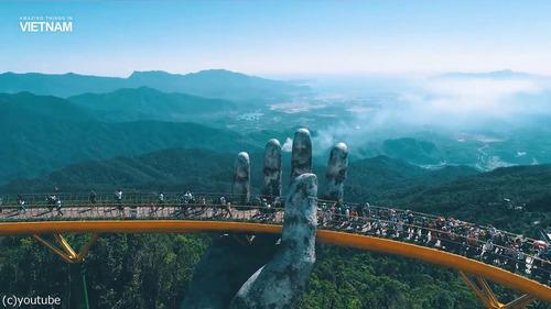 巨人の手が支えるベトナムの橋02