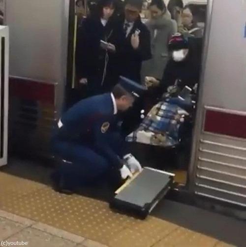 日本の電車で車イスの人の降ろし方01