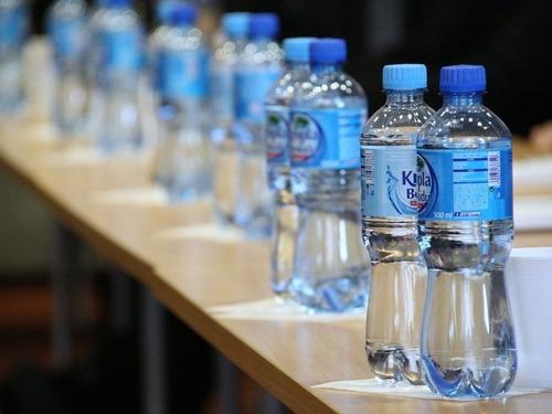 水のペットボトルと空港00