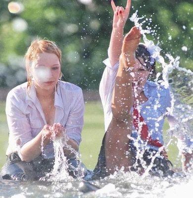 噴水でずぶ濡れロシアの美少女19
