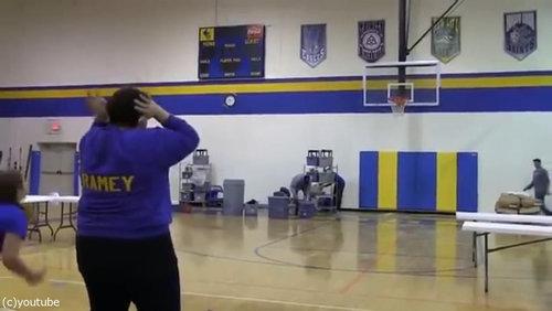 バスケのロングシュートに挑戦したママ05