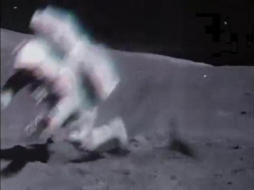 宇宙飛行士たちは月面で結構転んでます04