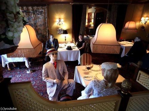 マネキンでソーシャルディスタンスのレストラン01