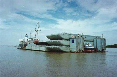 巨大なものを運ぶ船10