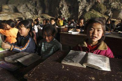 洞窟の中にある中国の小学校-授業風景2