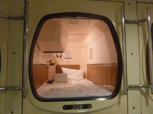 カプセルホテル01
