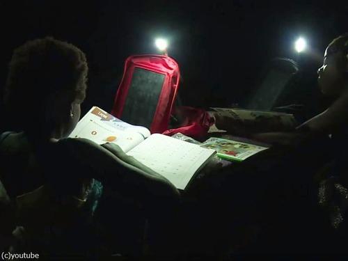 コートジボワールの子どもたちが太陽光発電で宿題01