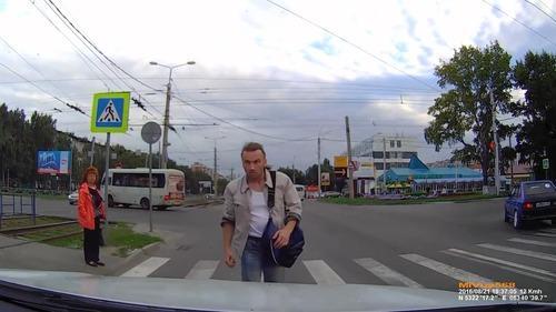 ロシアでは歩行者が車をはねる03
