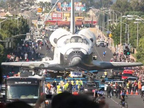 道路を走るスペースシャトル